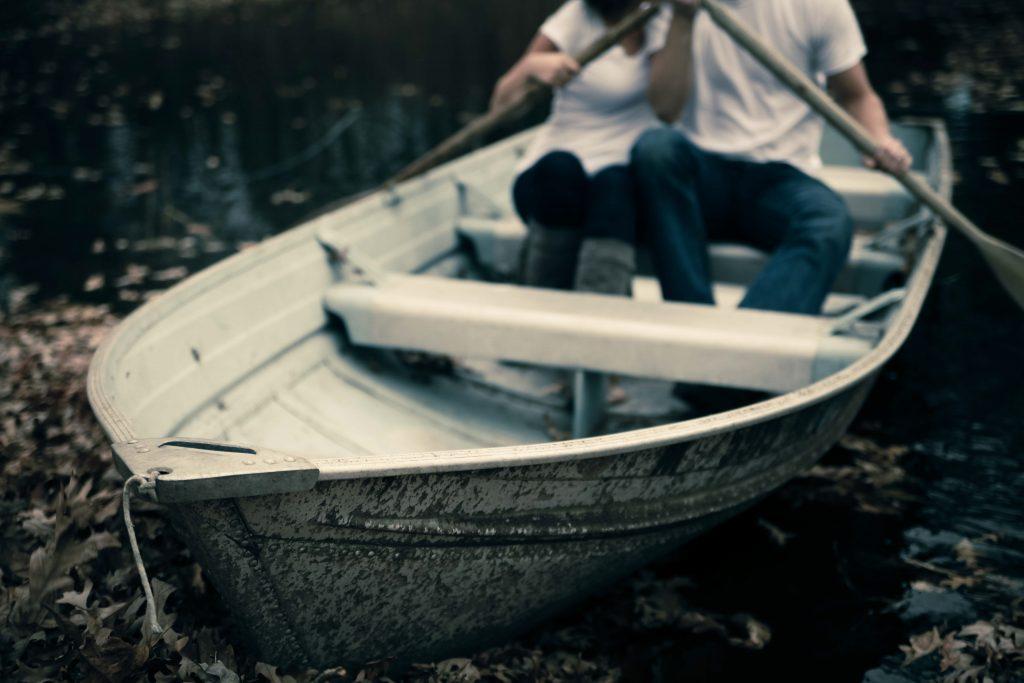 Mand og kvinde i en båd